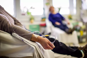 مريض السرطان يأخذ الدواء الكيماوي