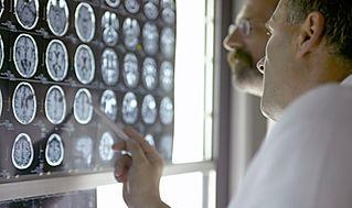 ٥ طرق للوقاية من السرطان Doctor-Analyzing-X-Rays